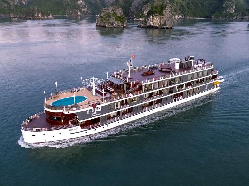 Du thuyền Hạ Long có bể bơi