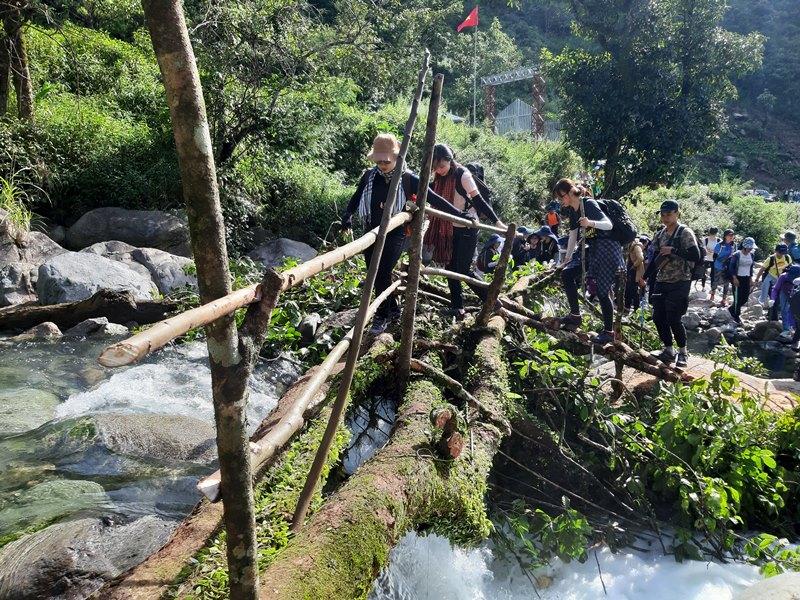Vượt cầu leo núi Tà Chì Nhù